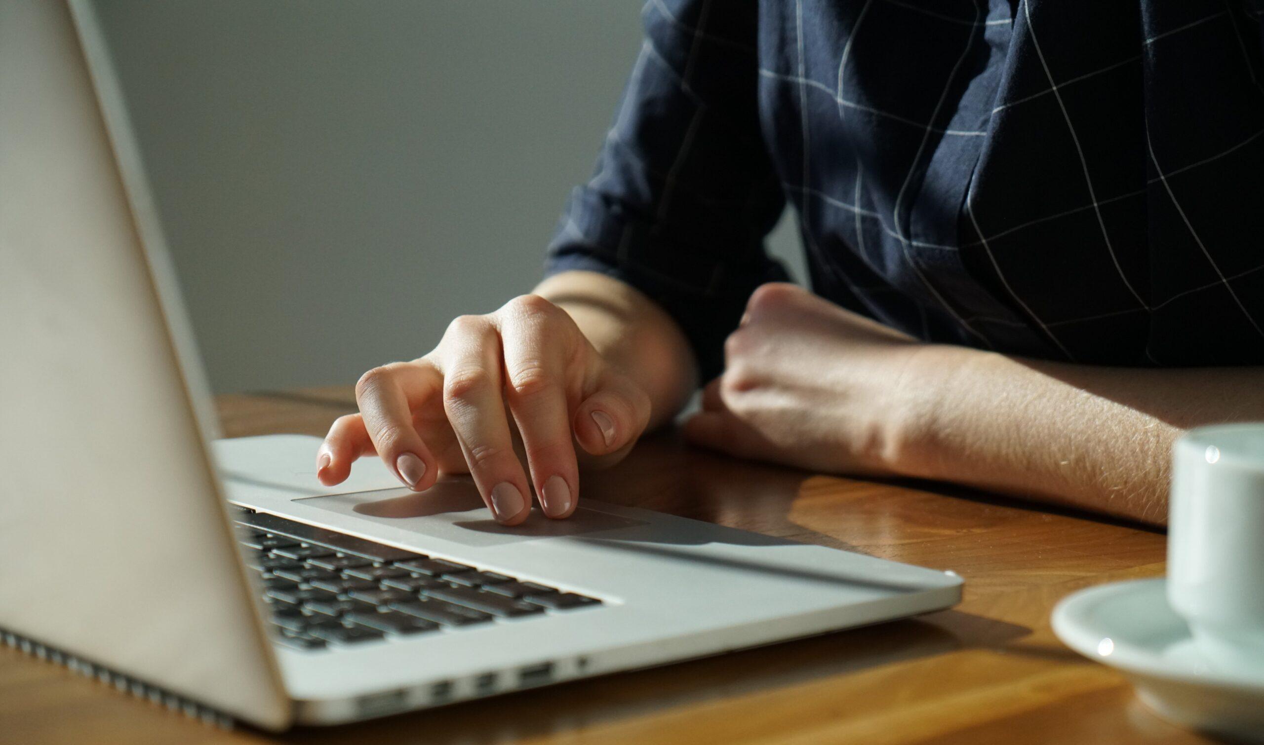 パソコンで考えている人の画像